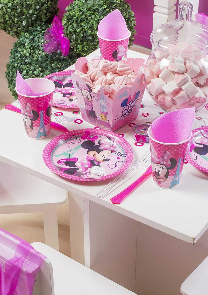 Você pode fazer uma festa da Minnie rosa simples, mas com itens personalizados.