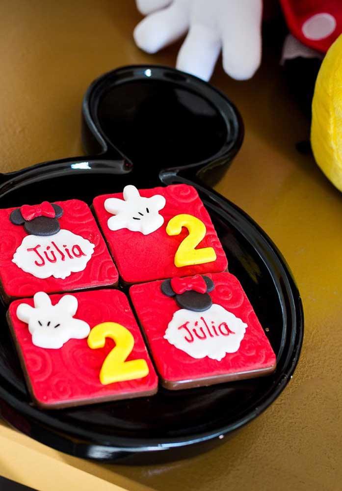 Que tal servir os biscoitos personalizados na bandeja da Minnie?