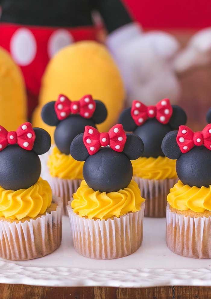 Você pode decorar o topo do cupcake Minnie de uma forma criativa e chamativa.