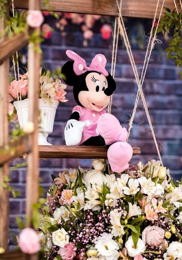 Pegue umas bonecas da Minnie e coloque em alguns cantinhos da decoração.