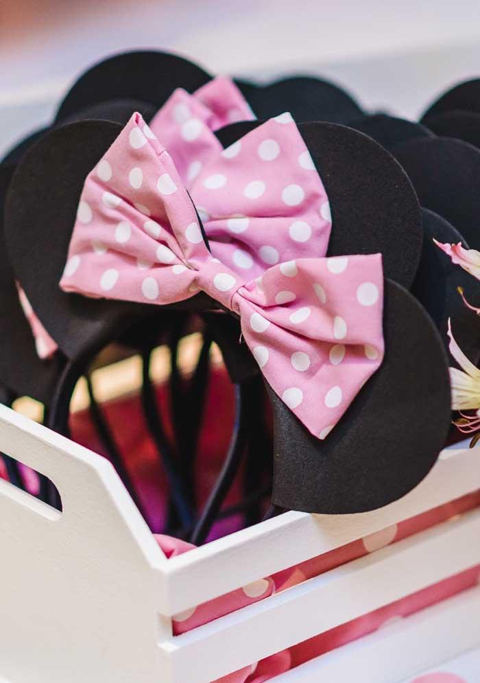Para deixar todos os convidados no ritmo da Minnie, entregue algumas tiaras no formato de orelhinha.
