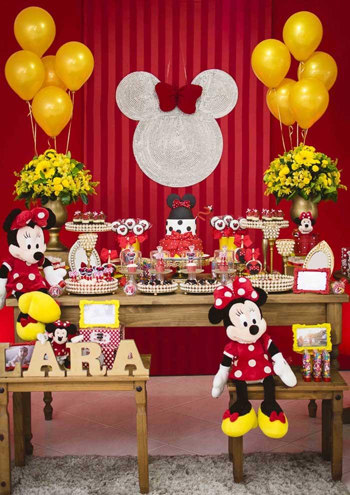 As cores vermelha e preta são as principais da decoração da Minnie, mas é possível acrescentar outras cores.