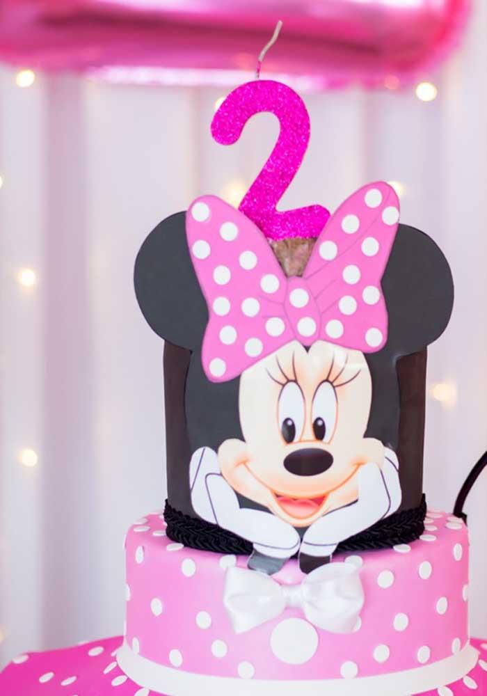 Se a decoração da festa é rosa, nada mais adequado do que escolher o bolo da Minnie rosa.
