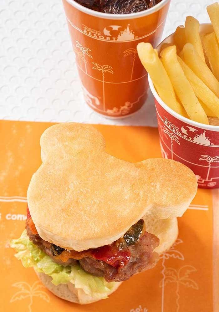 Para deixar as comidinhas mais personalizadas, corte os sanduíches no formato da carinha da Minnie.