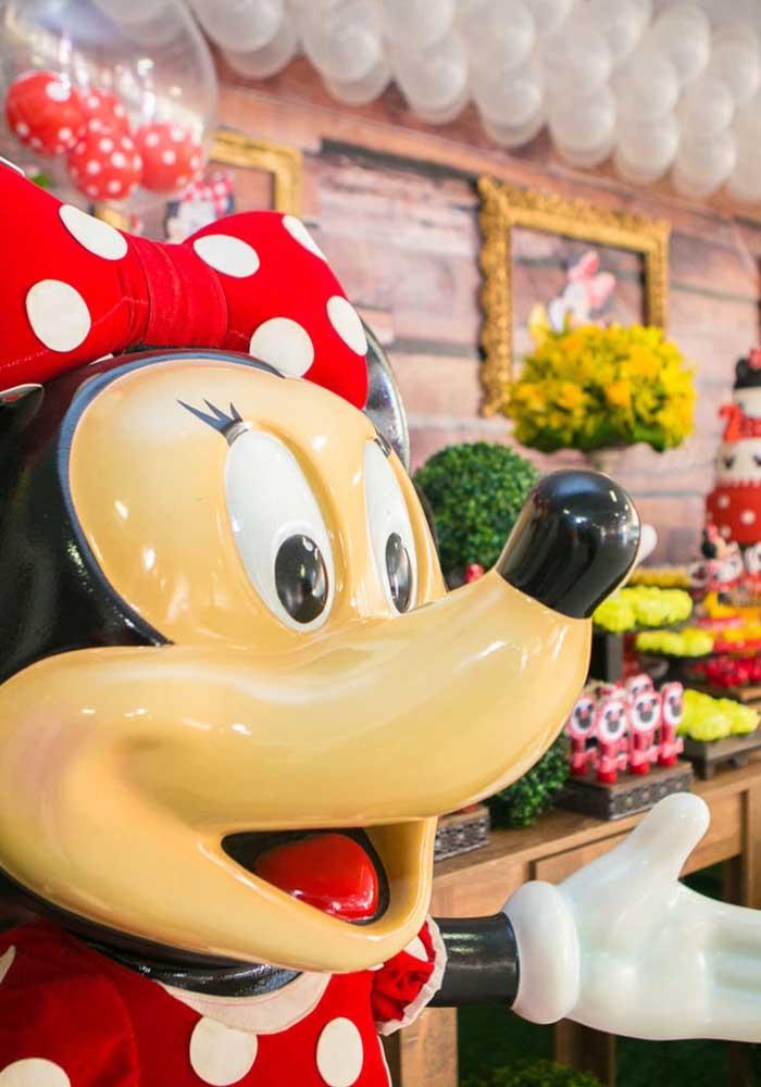 A personagem principal da festa não pode faltar na decoração de aniversário da Minnie.