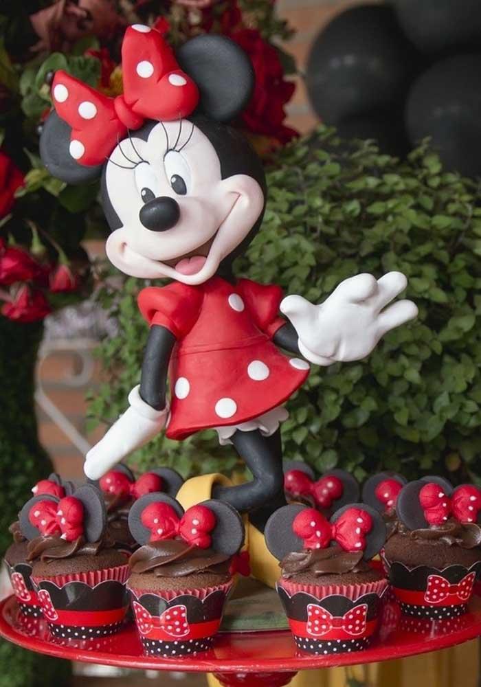 A bandeja de cupcake pode ser decorada com a boneca da Minnie.