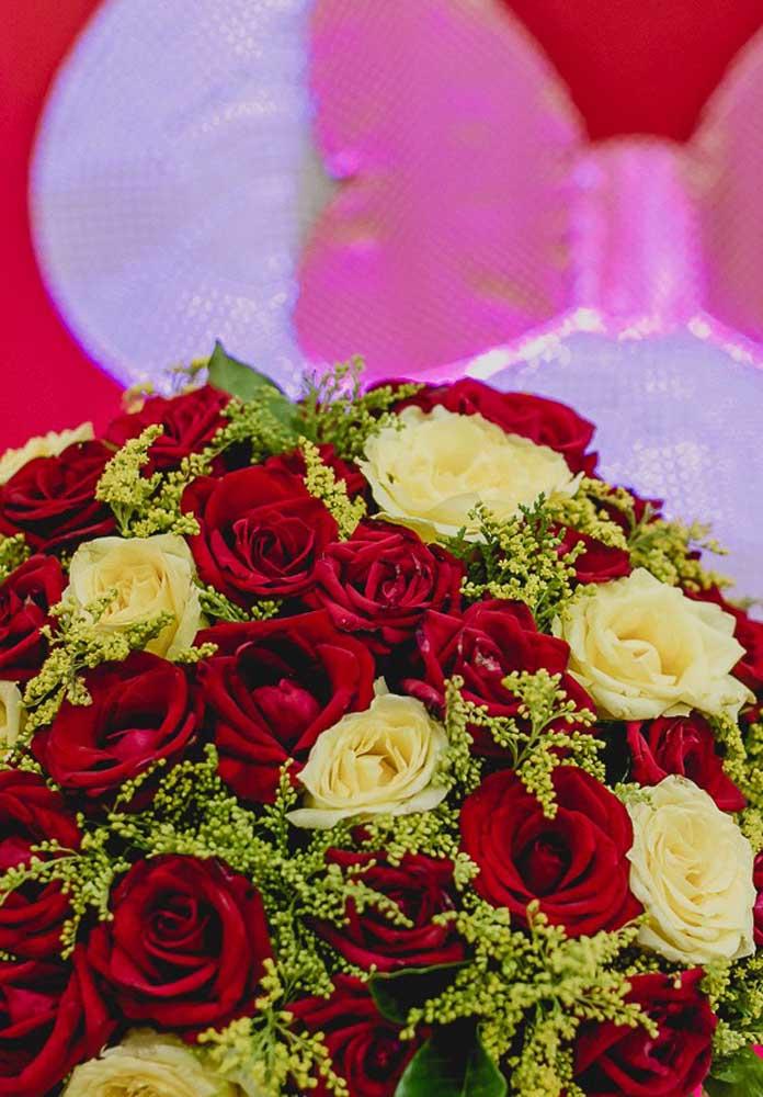 Rosas vermelhas e brancas para celebrar o aniversário com o tema da Minnie.