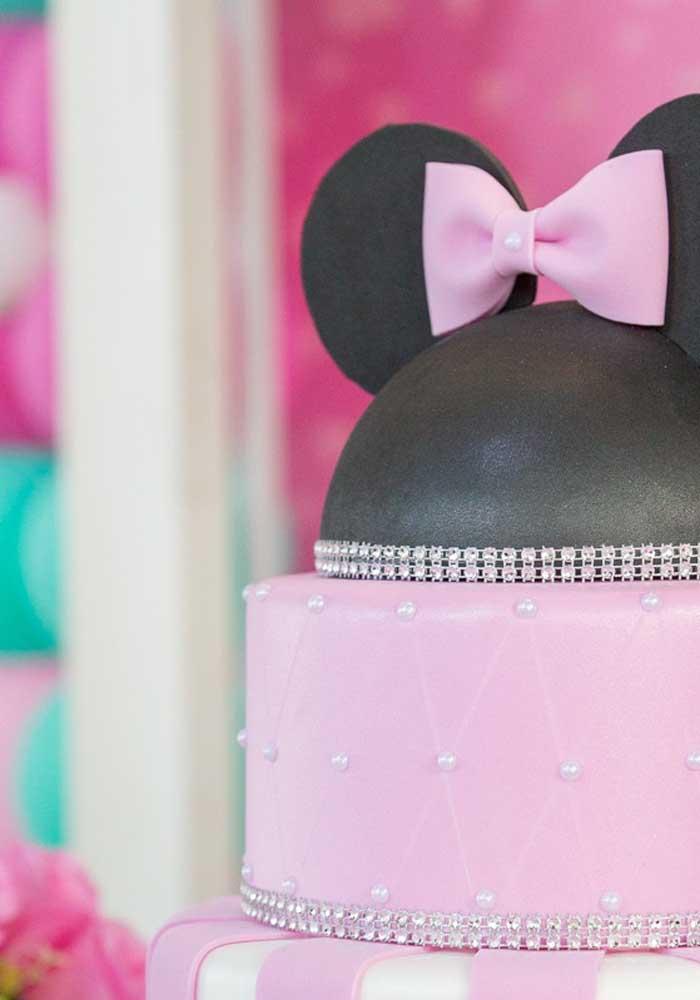 O chapéu com a orelhinha pode ser o topo de bolo Minnie.