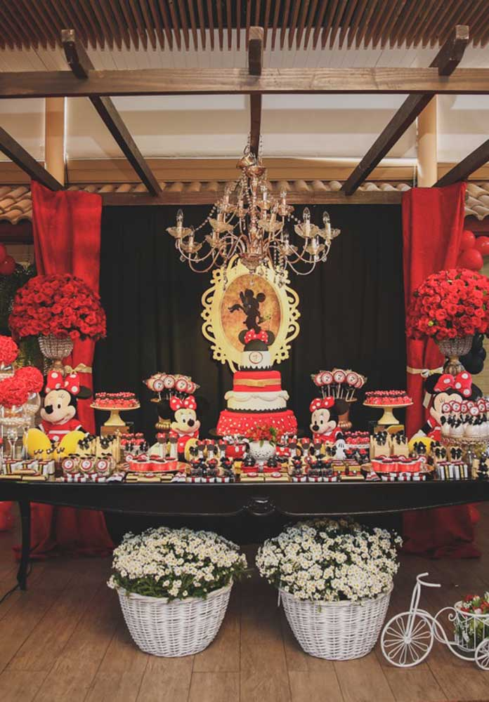 Olha que luxo essa mesa decorada com o bolo Minnie vermelha.