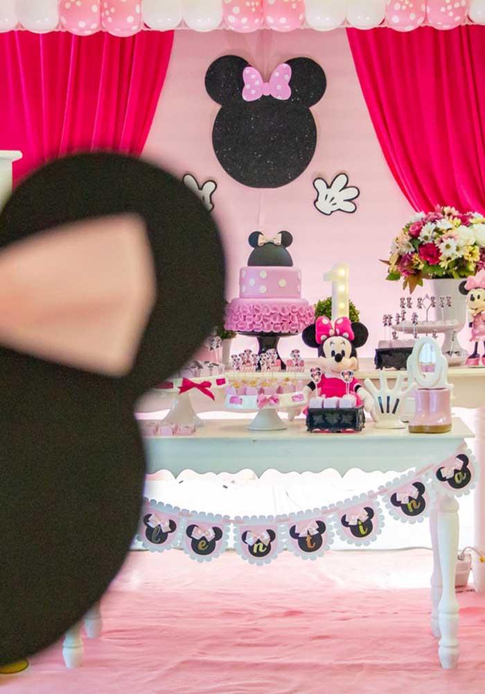 O que não faltam são orelhinhas espalhadas pela decoração da festa da Minnie.