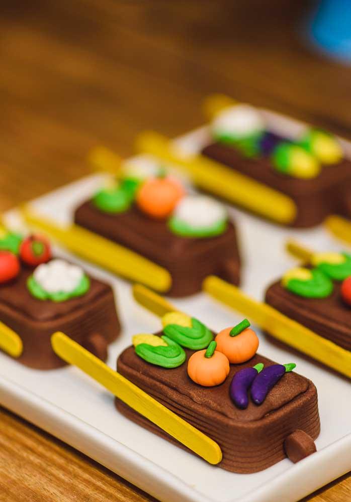 Se inspire nos elementos decorativos para criar os doces da festa tema fazendinha.