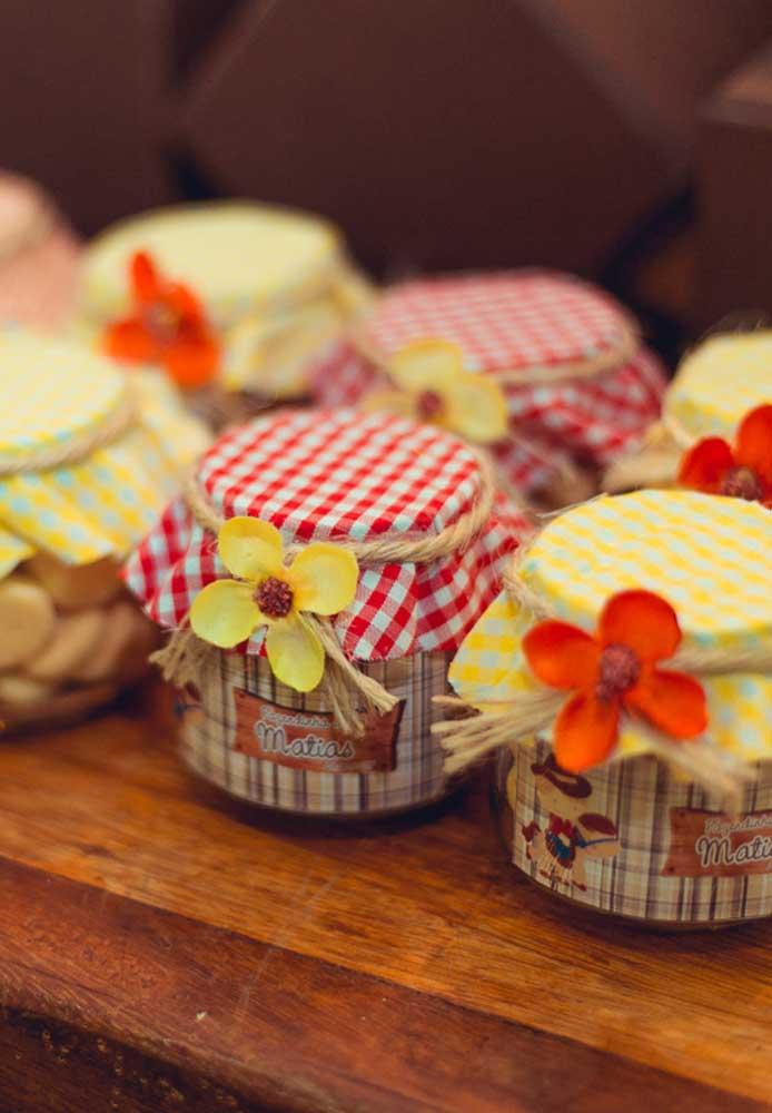 Que tal preparar uns potinhos de doces para entregar como lembrancinha festa fazendinha?