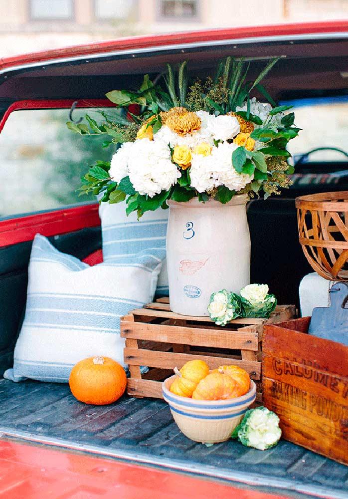 Elementos como caixote de madeira, flores, frutas e tecidos quadriculados não podem faltar na decoração fazendinha.