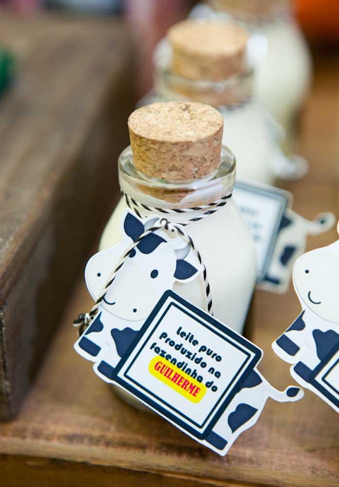 Sabe o que não pode faltar na festa da fazendinha? Garrafinhas de leite para servir aos convidados.