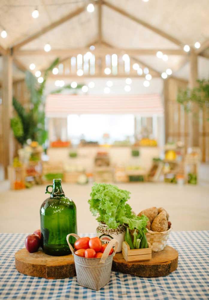 O centro de mesa fazendinha pode ser inspirado nos elementos que fazem parte do cenário de uma fazenda.