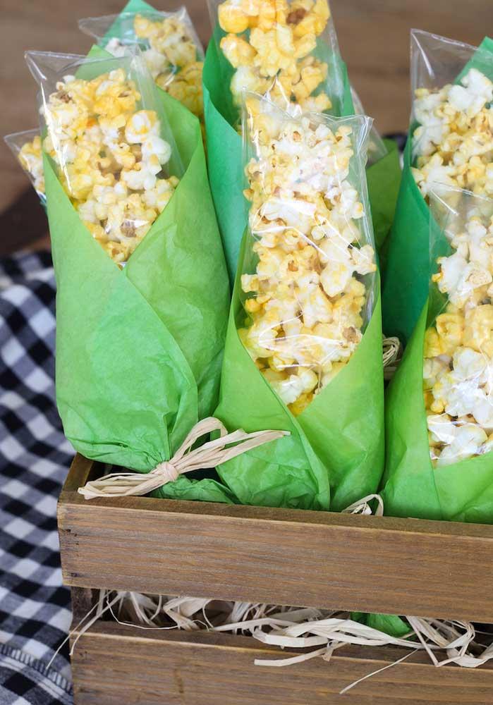 Transforme o saquinho de pipoca em espiga de milho.