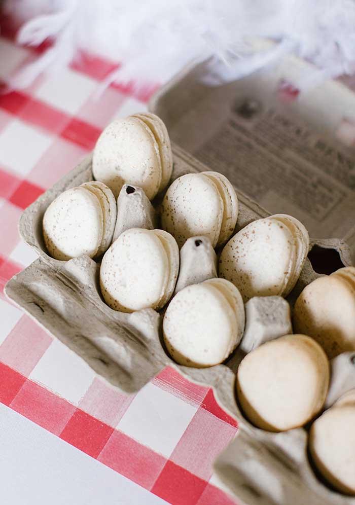 Veja como você pode servir o macaron na festa fazendinha: no formato de ovinhos.