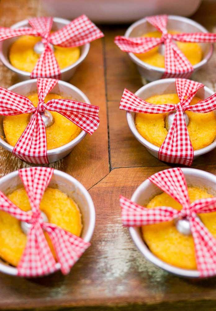 Opções individuais são mais práticas na hora de servir os convidados da festa fazendinha.