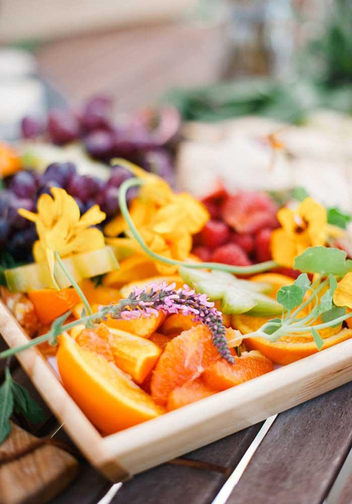 Uma ideia saudável e prática é servir frutas cortadas para a criançada.