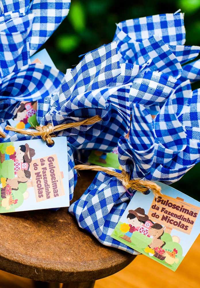 Que tal preparar trouxinhas com guloseimas para entregar como lembrancinha festa fazendinha?