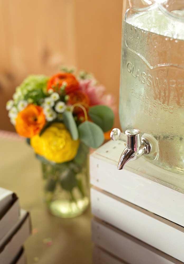 Sirva muita água para os convidados se hidratarem durante a festa.
