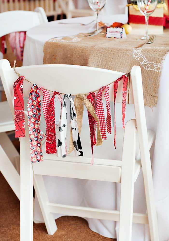 Use pedaços de tecido para decorar a cadeira da festa.
