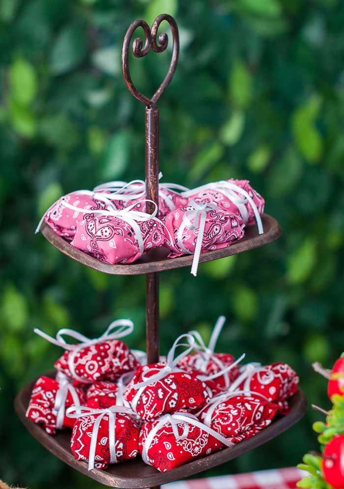 Use objetos antigos e rústicos para decorar o ambiente da festa.