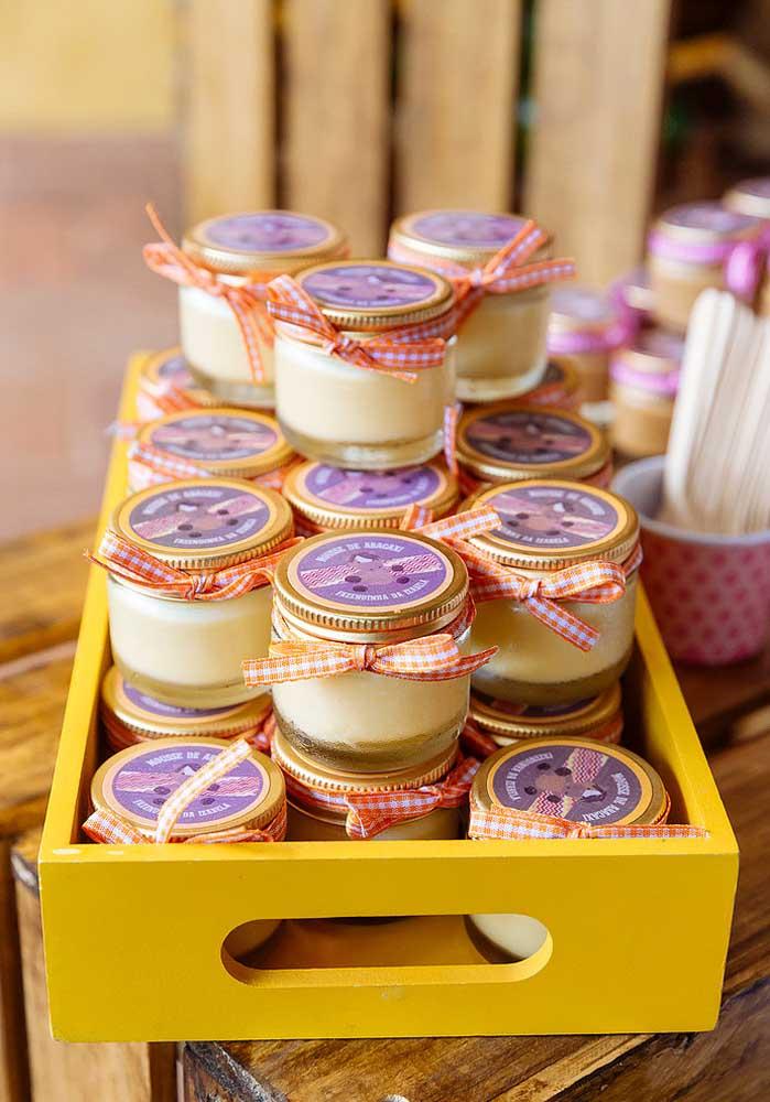Coloque os potinhos de doces dentro de uma caixa de madeira pintada.