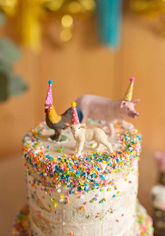 Você pode fazer um bolo fazendinha bem colorido para deixar a festa mais divertida.