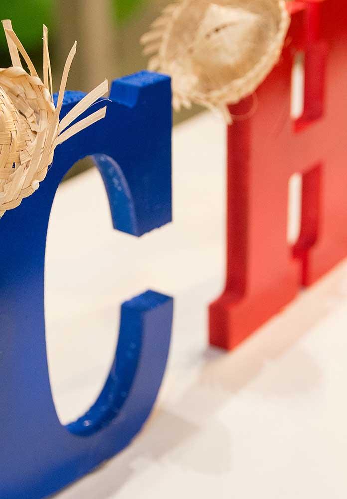 Faça um letreiro com o nome do aniversariante e decore com pequenos chapéus de palha.