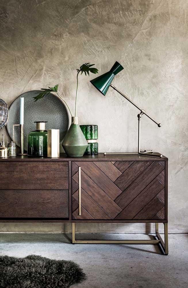 Olha como um móvel pode combinar perfeitamente com a parede marmorato.