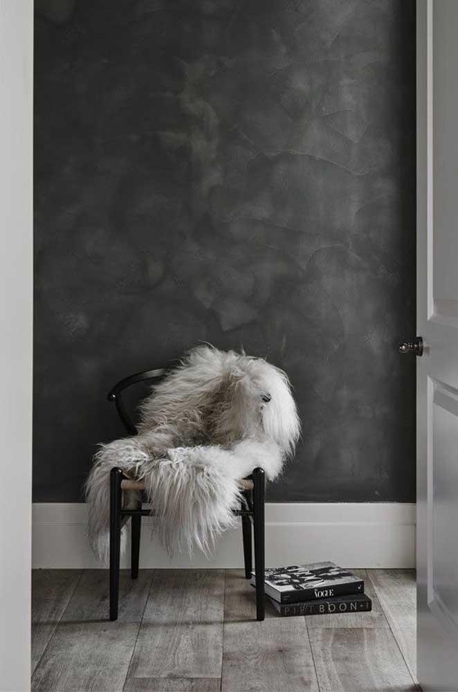 Que tal combinar a parede marmorato preto com piso cinza?