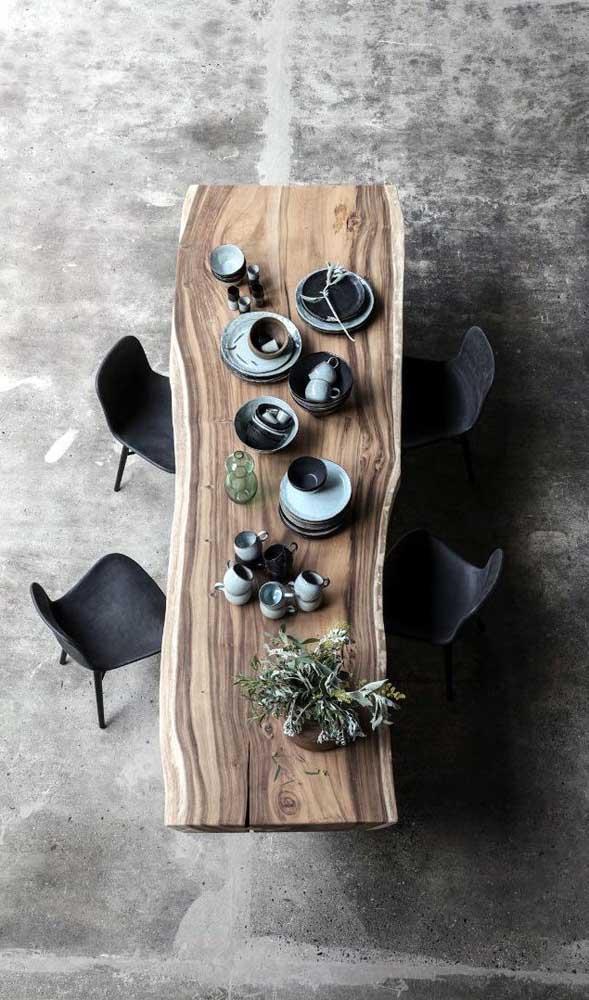 Olha que mesa de madeira rústica perfeita para sua sala de jantar.