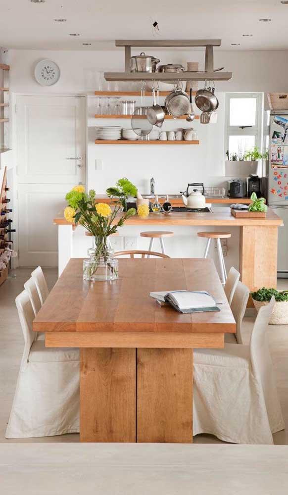 Se tem muitas pessoas na família, a mesa de madeira com 6 cadeiras é a ideal.