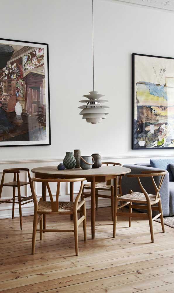Uma mesa de madeira com 4 cadeiras pode ser suficiente para sua casa.