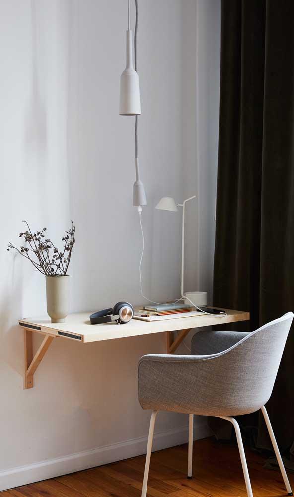 A mesa de canto é ideal para estudos e trabalho.