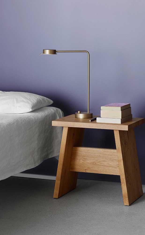 Olha que mesinha de madeira mais fofa para colocar no seu quarto.