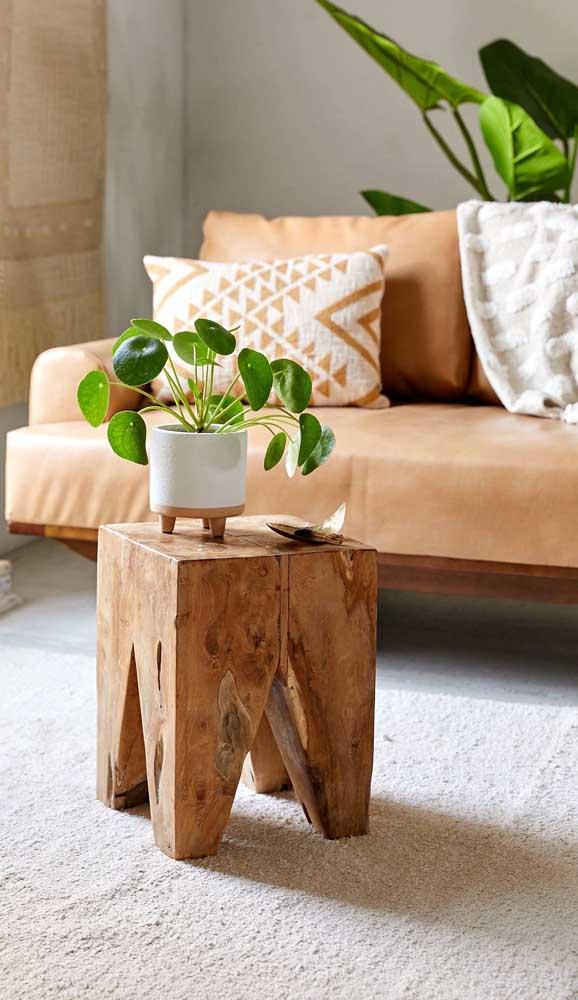 Mas o que você acha de apostar nessa pequena mesa de madeira maciça?
