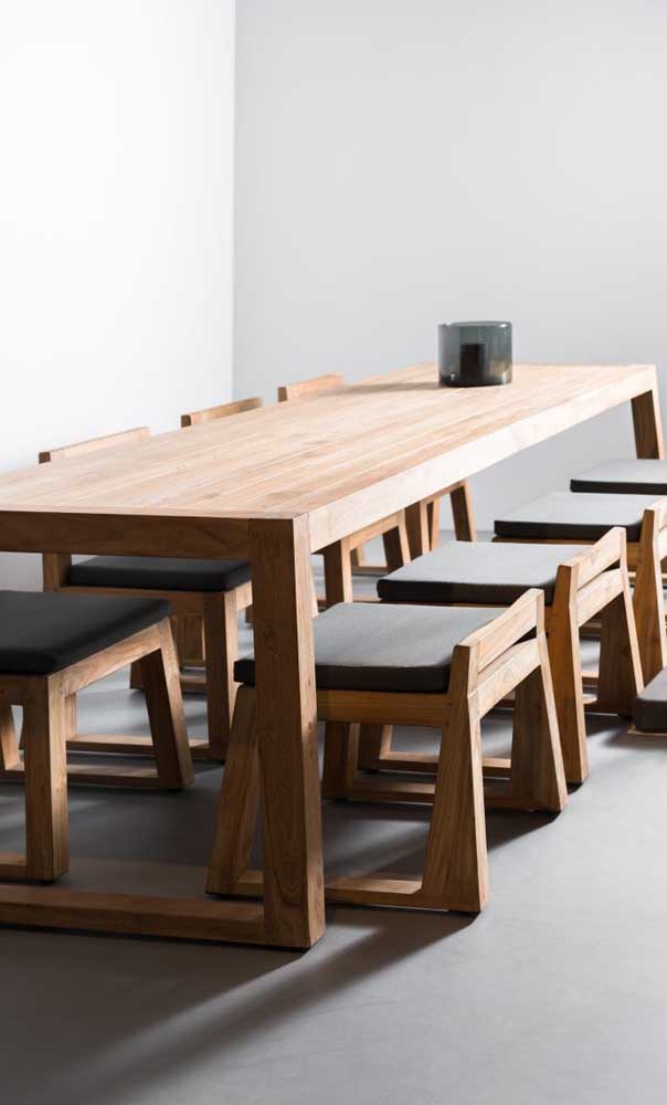 O tamanho da mesa de madeira deve está adequado com a quantidade de pessoas na casa.
