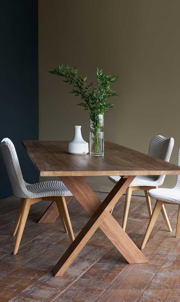 Uma mesa de madeira simples nunca deixa o ambiente mais simples.