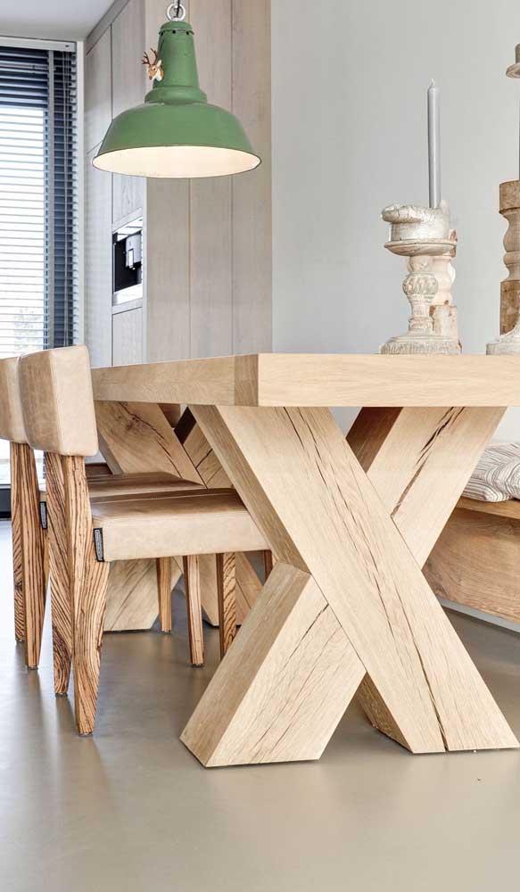 Que mesa de jantar de madeira mais linda.