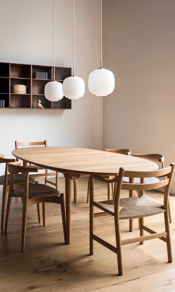 Deixe o ambiente mais elegante com a mesa de madeira com 4 cadeiras.