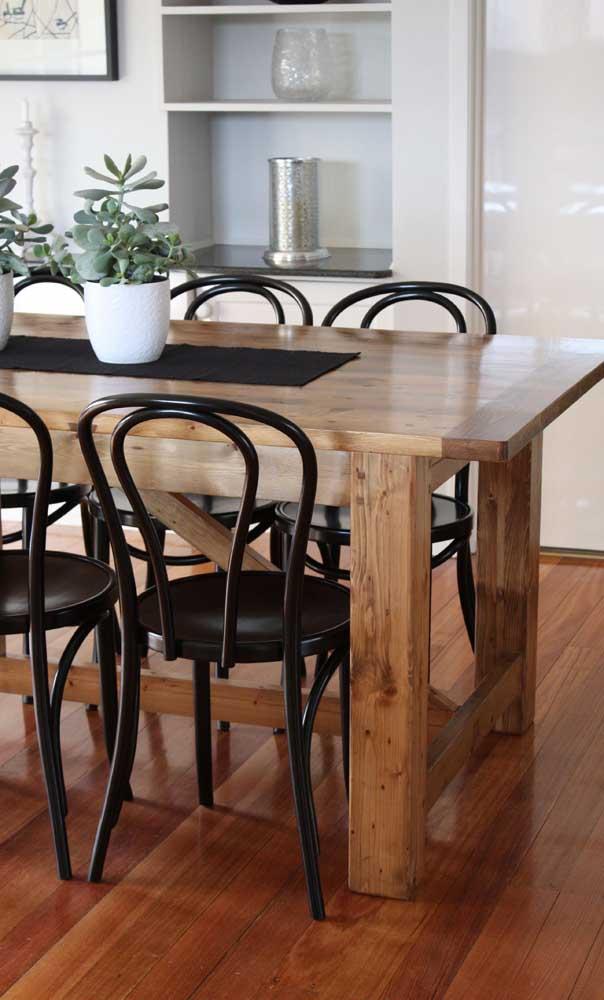 A mesa pode ser de madeira e as cadeiras de metal.