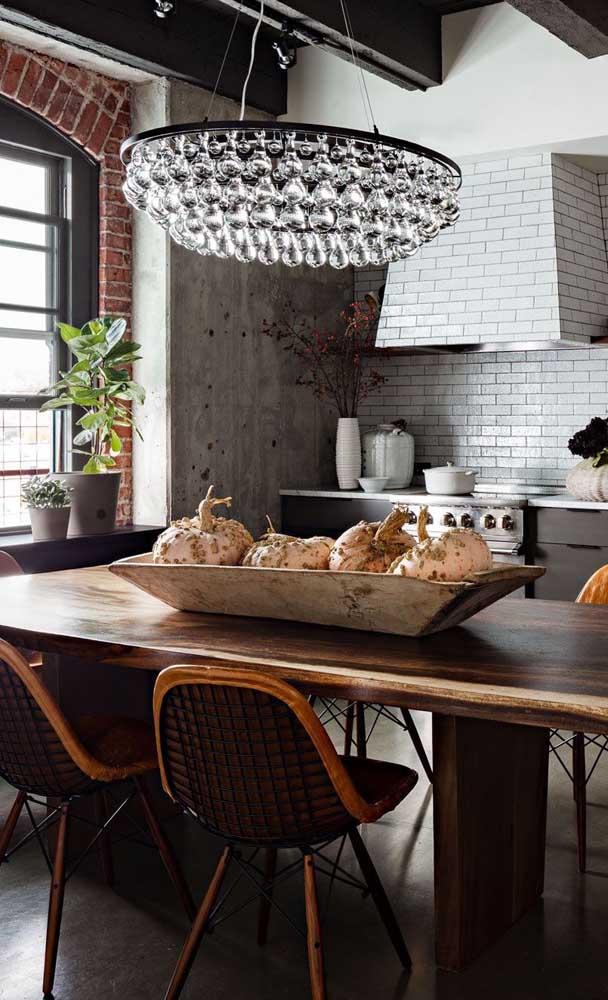 A mesa de madeira é um móvel muito versátil.