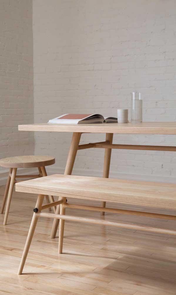 A mesa de madeira pode ser o lugar mais confortável para fazer uma leitura.