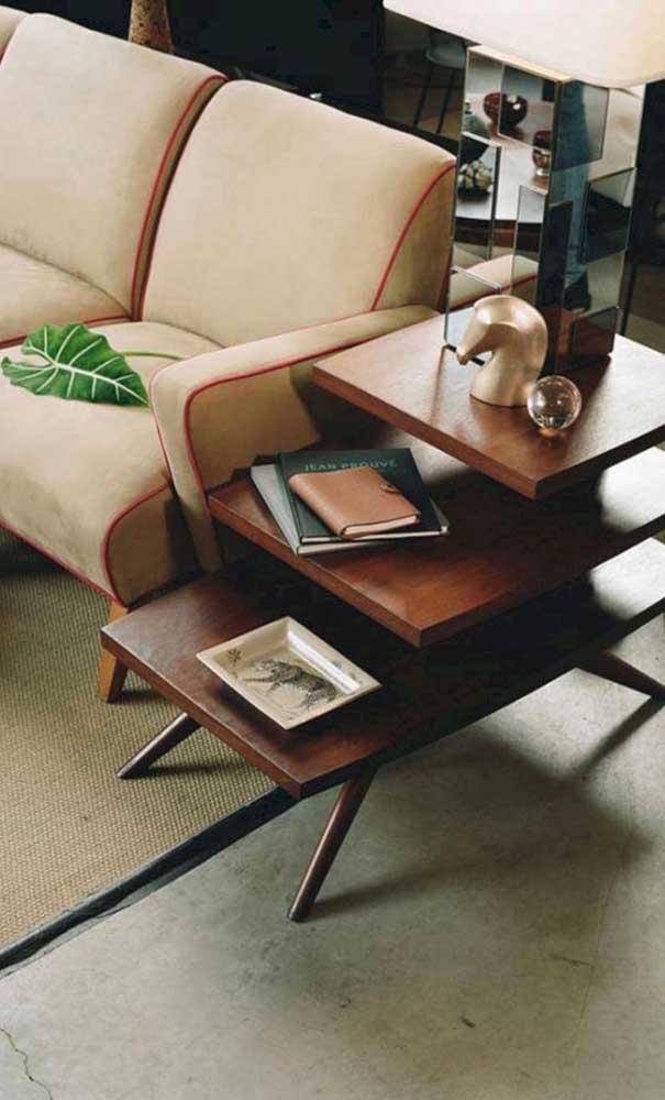 Coloque uma mesa de madeira para decorar o ambiente.