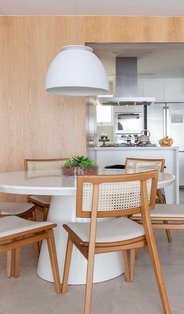 Já pensou em decorar a sua sala de jantar com uma mesa de madeira com resina?