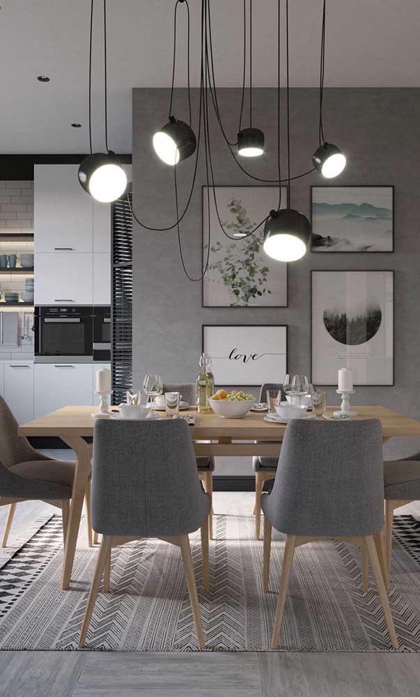 Uma boa luminária faz a diferença na sala de jantar.