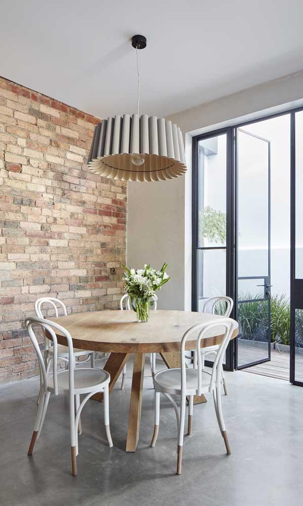 Que tal optar por uma mesa de madeira redonda?