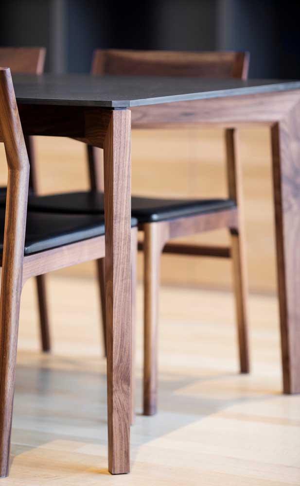 Para diferenciar sua mesa de madeira, você pode usar uma tampa estilosa.
